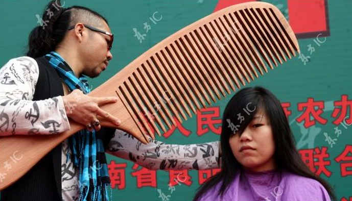 Chinese-Hairstylist-Does-Giant-Haircut-1